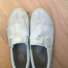 Som kan ses på billede er de rigtig slidt. Der har været grøn maling på som nogenlunde er af, men kan dog godt ses lidt. Kan sikkert gøre pæne igen med en kærlig hånd. Dm for flere billeder af skoene
