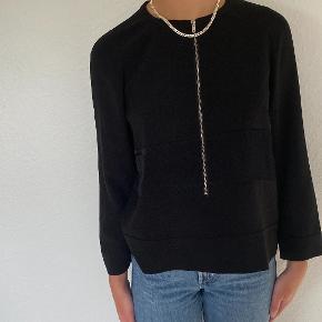 Sort skjorte med lynlås