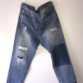 3/4 længde jeans fra H&M med rips og patches. Næsten ikke brugt.