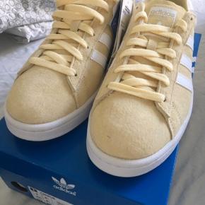 Sender ikke Adidas Sneakers Model: Campus Str 42 2/3 Helt nye ubrugte.   Nypris 800,- Kasse medfølger