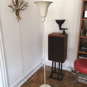 Louis Poulsen. Uplight gulv / standerlampe, i hvid, af Louis Poulsen med fin patina.