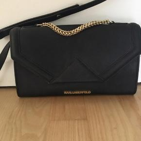 Rigtig fin sort lædertaske fra Karl Lagerfeld. Ingen synlige brugstegn. Måler 18*11cm. Aftagelig skulderrem, så den kan bruges som clutch.
