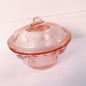 Lille fin glaskrukke. Kan bruges som smykkeskrin eller til andre nips.
