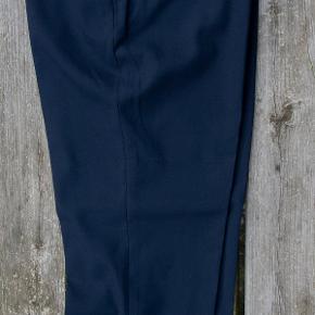 Spritnye, velsiddende bukser fra Uniqlo, købt i Japan.  Str. M, svarer til str. 36. Meget mørkeblå. Uden lynlås. 69% polyester, 29% rayon, 2% spandex. #30dayssellout