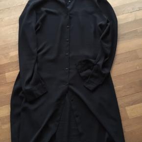 Sød gennemknappet skjortekjole med bindebånd i taljen.