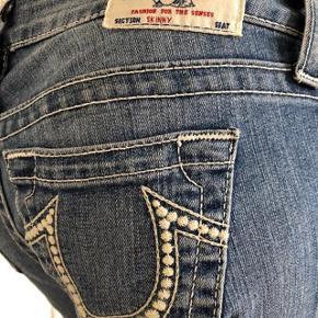 De ikoniske jeans fra True Religion.  Brugte lidt men fejlet absolut intet. Er som nye.  Str 26 i jeans.  Byttes ikke.