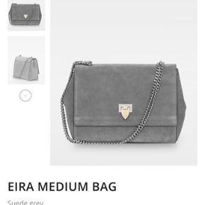 Eira Medium Bag fra Decadent i lysegrå. Fejler ingenting men er beskidt. Det er selvfølgelig noget man kan få ordnet for ikke så mange penge hos nogle der har styr på det.  Np. 3000 Kommer med original stofpose og indlægsseddel. Har ikke kvittering