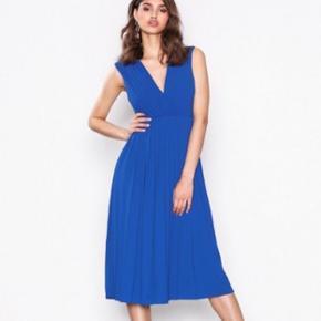 Blå plisseret kjole fra SELECTED FEMME. Lynlås i siden.  Kun brugt én gang til bryllup. Nyvasket og klar til brug.  Str.34, men svarer til 36/38. Ny pris 799,- og fås stadig i butikkerne. Sender gerne. KOM GERNE MED BUD!