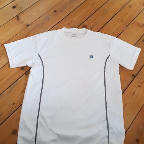Mærke: Blueman  Lækker hvid kortærmet løbet-shirt i åndbart materiale. 100% polyester. Brugt få gange, så er som ny  Mål Længde: 73cm Bredde: 54cm