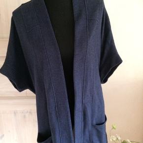 Kort kimono i blå fra Castaluna Brystmålet 2 x 78 cm  Længden er 80 cm