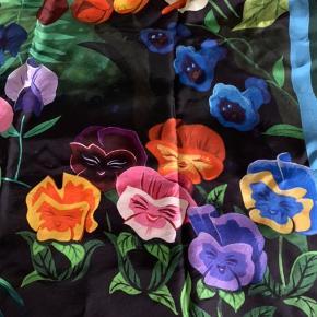 Utroligt smukt stort silketørklæde fra Mack Jacobs , aldrig brugt , leveres i den smukkeste æske ....