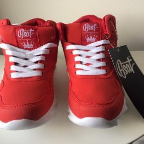 Nye og ubrugte Sneakers!  Med mærke på og i kasse.   Fra BSAT i rød & hvid  Størrelse 37  BYD...