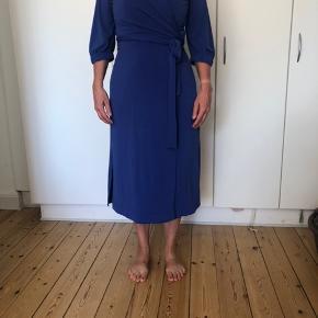 Super flot slåom-kjole med prisskilt. Kjolen er størrelse xl og er true to size. Den er et nummer for stor til min mor - som her den på her ☺️ skriv endeligt, hvis der er spørgsmål ☺️