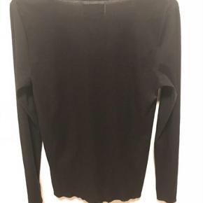 Sort Bluse med sød blonde Farve: sort   Dejlig bluse med sød blonde front.  Bytter ikke.  Sendes med DAO.