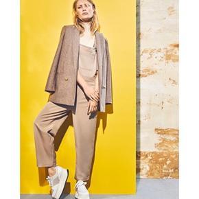 Helt nyt pansuit fra Ganni   • Talje bredde: 45 cm  • Yderbenlængde: 89,5 cm  • Inderste benlængde: 59 cm   #secondchancesummer
