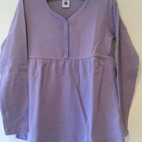 Sødt nattøj sæt som også kan bruge til hverdag, bluse m knapper længde 46 cm, ærmer 36/43 cm, bukser m elastik længde 70 cm  Nattøj Farve: Lilla