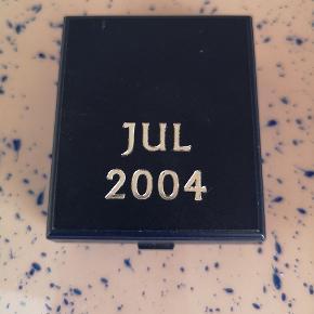 "Fin lille kitsch/for samlere julefrimærke broche ""jul 2004"" 💙"