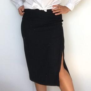 Elegant midi nederdel fra Night Birger et Mikkelsen (deres mere festlige linje end Day Birger et Mikkelsen). Fint diskret sølv glimmer i det sorte stof. Små remme til evt et lille bælte. Rigtig fin stand.   Se også mine mange andre annoncer med gode mærker.