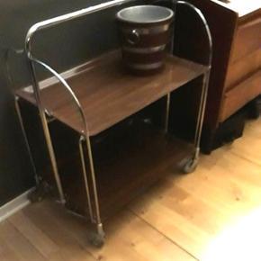 Flot rullebord, som kan klappes sammen. Der er en sort plet nederst, men den bemærkes ikke. Hvis du smider lidt oveni og kommer med et godt bud, får du gerne den fine isspand med, som kan ses under annoncer.