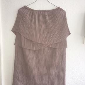 Flot strop løs kjole med detaljer.  Brugt 1 gang Farve: beige/grå lilla/dusty rosa