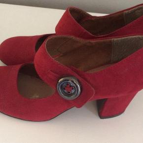 Skoen er mørkerød skind (ruskind). Brugt 6-7 gange.