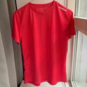 Newline trænings t-shirt. Str. L.  Farven ser lidt mørkere/skrigfarvet ud på billederne end den er. Aldrig brugt.