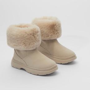 Bamsestøvler, de kan både foldes ned og op, efter hvordan man har lyst til at have dem på Helt nye, stadig i æsken