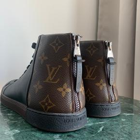 Louis Vuitton monogram high top sneaker ✨   STR.: 7.5 (42.5)   Brugt få gange og sælges kun fordi de netop ikke  bliver brugt nok og skabet skal tømmes hurtigst muligt   Intet originalt medfølger - desværre, men jeg står 100% indenfor ægthed. Prisen er også sat herefter - giv gerne (realistisk) bud.  Sender gerne via DAO (sender stort set altid indenfor 24 timer) ellers kan jeg mødes i København S