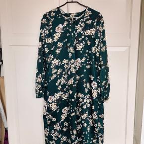 Super smuk, elegant behagelig kjole. Den er fået i gave og er kun prøvet på. Den er L men fitter også en M og måske en S🌸 Skriv gerne for mere information eller andet☺️ ved ikke hvor den er købt, den er fra udlandet😊Mængderabat på mine annoncer👍🏻 BYD!