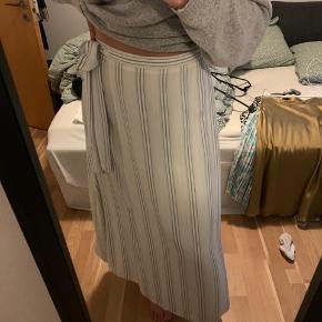 Hvid og blåstribet nederdel