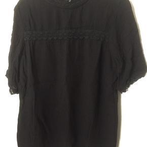 Fin, sort tunika fra Petit by Sofie Schnoor med smukke blonde detaljer.  Stoffet har en lidt 'krøllet' kvalitet, som giver en fed effekt.   95kr pp