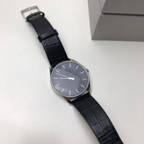 Varetype: Armbåndsur Størrelse: 40 mm Farve: Sort Oprindelig købspris: 1600 kr. Kvittering haves. Prisen angivet er inklusiv forsendelse.