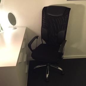 Lækker kontorstol i sortBrugt meget lidt og er i super stand Justerbar i højden og kan vippe frem og tilbage