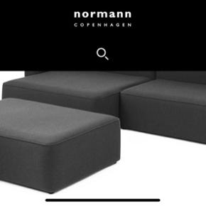 Flot puf fra Normann Copenhagen .  Passer til rope sofaen og det er den store model.  Højde: 39 cm, Dybde: 67 cm, Længde: 120 cm   Rope Pouf modulet er det perfekte supplement til Rope Sofa modulserien, der er designet af Hans Toft Hornemann for Normann Copenhagen.