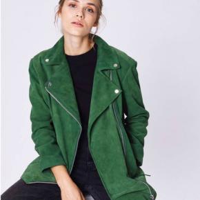 Super fed oversize ruskindsjakke. Super blød med grønt bomulds-for. Nahila Suede Biker Jacket Color: garden green Size: s/m