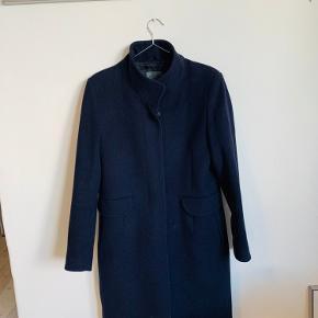 Virkelig virkelig fin frakke fra Sand Copenhagen! Den er brugt få gange og fremstår som ny Kom endelig med bud
