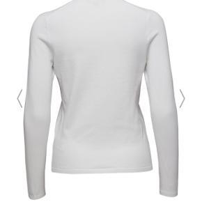 Tommy Hilfiger v-neck sweater Sælger denne Tommy Hilfiger sweater da jeg ikke har fået brugt den. Stoffet er virkeligt blødt. Den er i 100% bomuld. Den er i str.M men kan sagtens også passes af en str. S da det er en slim fit model. Np var cirka 800kr Har ikke en mp men vil gerne have over 150 kr for den😊