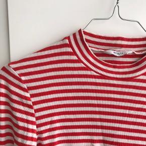 Rød og hvid stribet bluse fra Envii. Fejler ingenting. Kan afhentes i Aarhus C eller sendes 😊