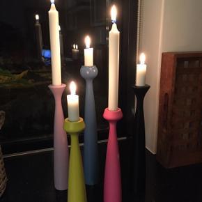 Applicata lysestager. Blå, gul, sort, syren, pink. Højde 33,5 cm, 29 cm, 24 cm. Prisen er pr. Stk.
