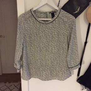 Bluse i sort / hvid mønstret, 3/4 ærmer