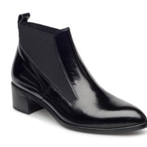 Billi Bi støvle - tegn på slid på den ene hæl.  Style: 12071 080 T Ny pris: 1.499,00 kr