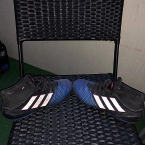 Fodboldstøvler som er brugt ikke ret mange gange, sælges da der er for små til mig. De lidt beskidte efter en træning, men kan nemt renses  Fodbold Støvler Fodboldstøvler   Har massere andre ting til salg, så tag et kig, det gratis;)