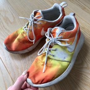 Sneakers fitter str. 38, trænger til en vask 👠 Kan sendes på købers regning  💌