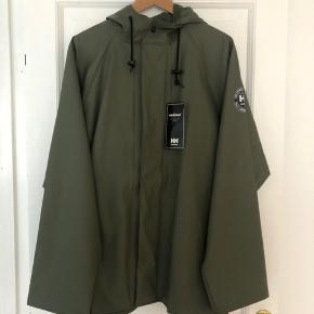 Army grøn regnjakke fra HellyHansen  Aldrig brugt - helt ny med label påhæftet stadig.