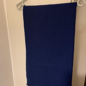 Mørkeblåt tørklæde fra Samsøe. Model: Acola maxi i lækker blød uldmix Bredde knap 60 cm og længde inkl frynser ca 220 cm. Købt sidste år! (Sælges for 275 plus Porto)