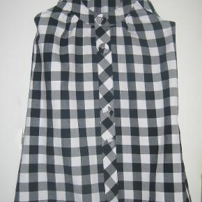 Sød kjole/tunika i sort-hvide tern. 100% bomuld Brystvidde: 46 cm x 2 Længde: 85 cm  Ingen byt, og prisen er fast