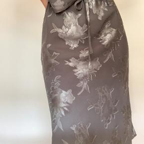 I den gode ende af god men brugt, ingen tydelige brugsspor.  Flot, vintage looking nederdel der er udgået. Farven er olivengrøn, hvilket er en smule svært at se på de første billeder.  Størrelsen hedder en XL, men kan strammes meget ind i båndene, vil derfor mene den passer M-XL