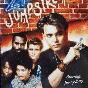 Sæson 1. De unge strissere. 21 jumpstreet. Med dansk tekst. Dvd'er er som nye. 4 stk. i boxen. Befinder sig i Stige.  Søgeord: Retro dvd serie tv film johnny depp