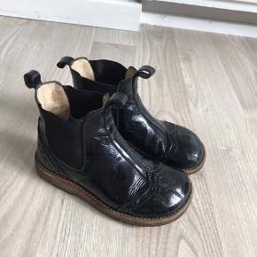 Fine Chelsea støvler i sort lak Str. 28 Stadig rigtig pæne, dog er der små lak afskallinger på snuderne, hvor de bliver mat sorte istedet