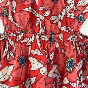 Super sød bomulds kjole, med huler i siden og så sløjfer bånd